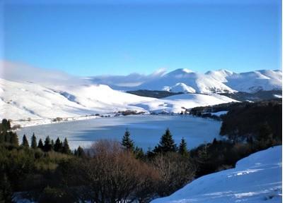 L'image contient peut-être: montagne, ciel, neige, arbre, plein air et nature